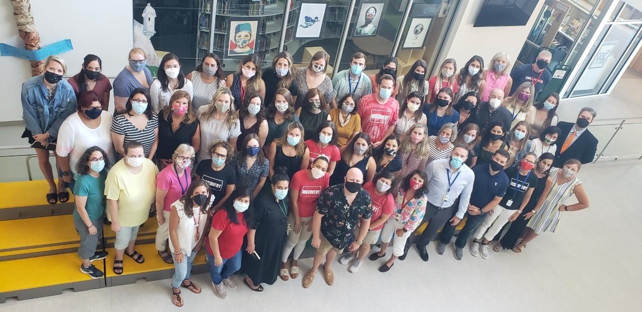 Фотография сверху, глядя на 70 или около того сотрудников в Discovery Начальная школа.
