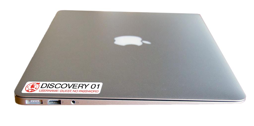 Un MacBook Air avec une étiquette sur le couvercle.